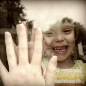 mains à la vitre
